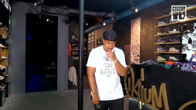 """Le T shirt blanc LeBron de Baloo dans sa video youtube """"Koba LaD – Bail 2 Sneakers"""""""
