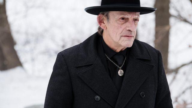 Zalmon de Shaw (Christopher Lloyd) manteau noir comme on le voit dans 12 Singes S03E06