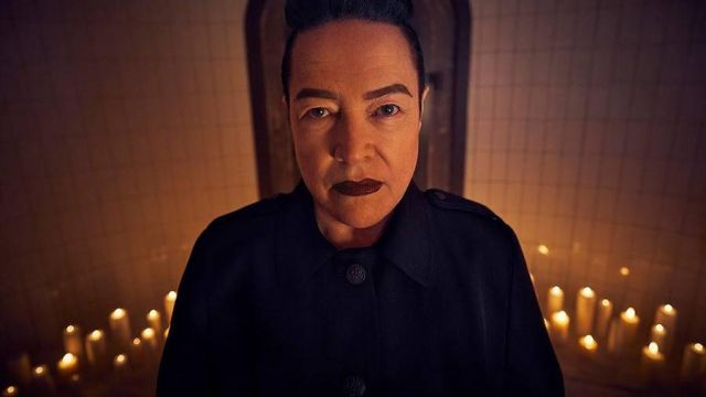 The blue mantle of Ms. Miriam Mead (Kathy Bates) in American Horror Story Revelation (S08)