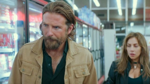 La veste en jean beige de Jackson Maine (Bradley Cooper) dans A Star Is Born