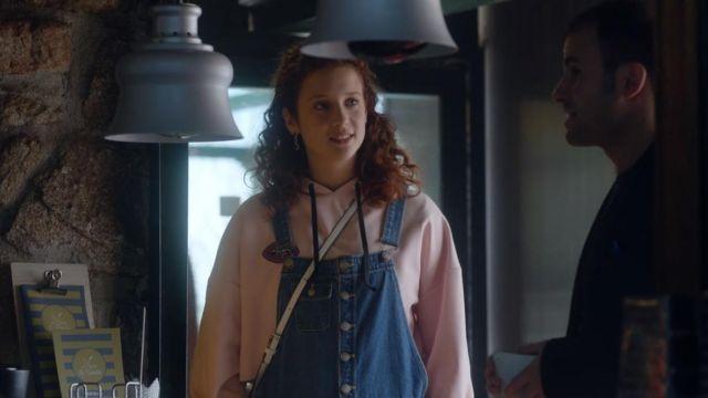 Le sweatshirt de Marina (María Pedraza) dans Élite (S01E02)