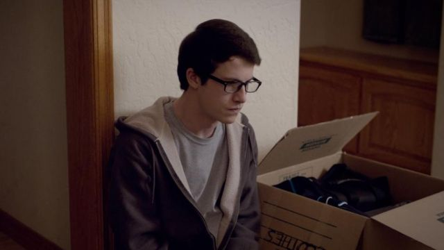 The t-shirt Logan Wallace (Dylan Minnette) in The Open House