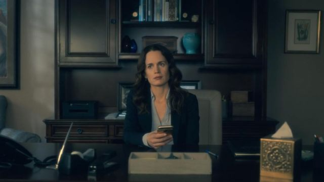 The blouse of Shirley Crain (Elizabeth Reaser) in The Haunting of Hill House (S01E01)