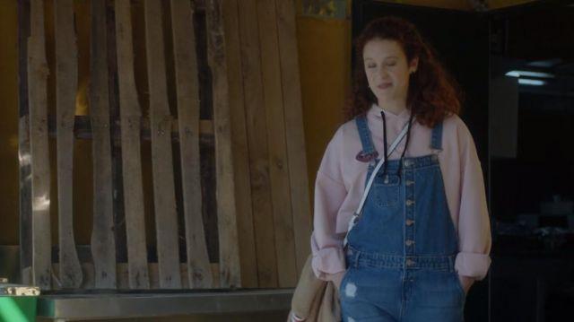 La salopette en jean de Marina (María Pedraza) dans Élite S01E02