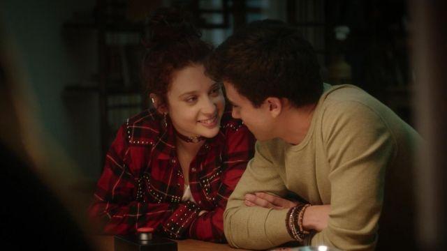 La chemise rouge à carreaux cloutée The Kooples portée par Marina (María Pedraza) dans Élite S01E04