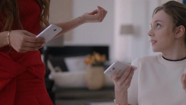 Le bracelet de Lu (Danna Paola) dans Élite (S01E03)