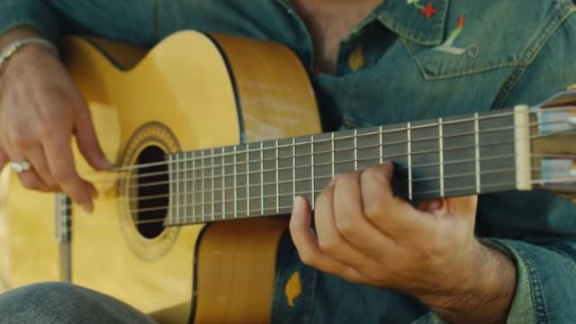 The guitar used by Kendji Girac in her video clip Tiago