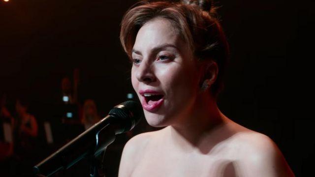 Les boucles d'oreilles en forme d'ailes de Ally (Lady Gaga) dans A Star Is Born