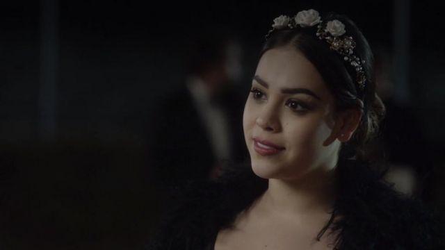 Floral orné Bandeau porté par Lu (Danna Paola) comme on le voit dans l'Élite S01E04