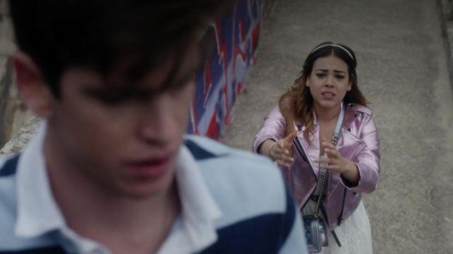 La veste en cuir rose métallisée portée par Lu (Danna Paola) dans Elite (Saison 1 Épisode 8)