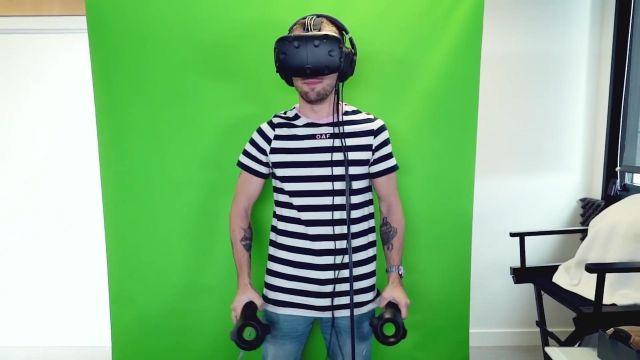 Le casque de VR HTC Vive de Squeezie dans sa vidéo YouTube DES INCONNUS SE MOQUENT DE MOI