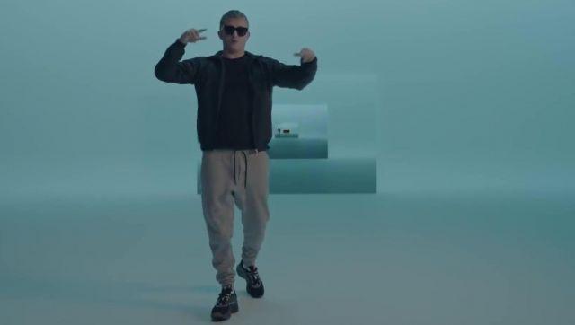 Le bas de survêtement Ralph Lauren porté par Vald dans le clip Qui dit mieux de Gringe feat. OrelSan, Suikon Blaz AD
