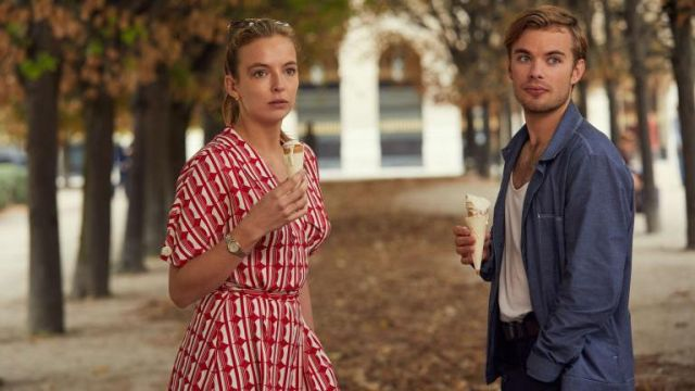 Red printed wrap dress of Villanelle (Jodie Comer) in Killing Eve (S01E02)