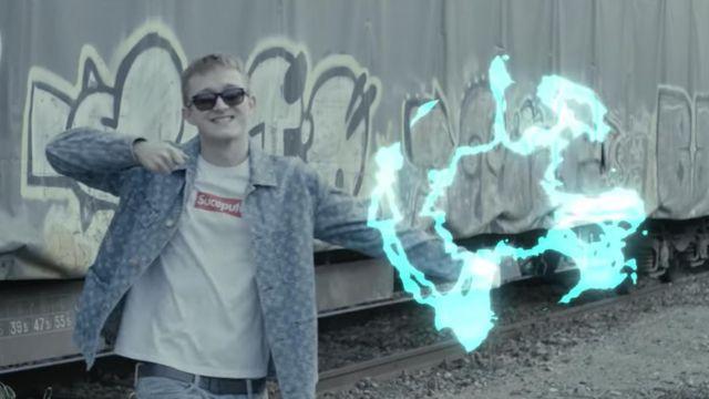"""Le t-shirt """"suce pute"""" version Supreme porté par Vald dans la vidéo #EP1 - PLUS HAUT - Les Marches De l'Empereur Saison 3 de ALKPOTE"""