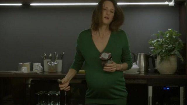 Le top de grossesse vert sapin de Andréa Martel (Camille Cottin) dans Dix Pour Cent S03E02