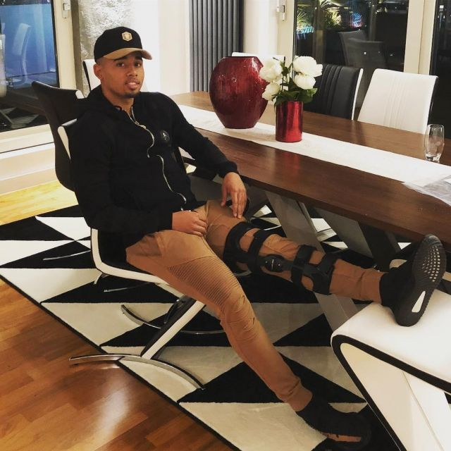 Sneakers Adidas Yeezy Boost 350 V2 worn by Gabriel Jesus on