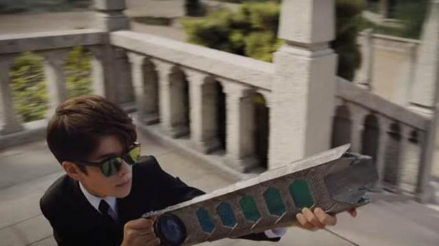 The pair of sunglasses Ray-Ban worn by Artemis Fowl (Ferdia Shaw) in Artemis Fowl