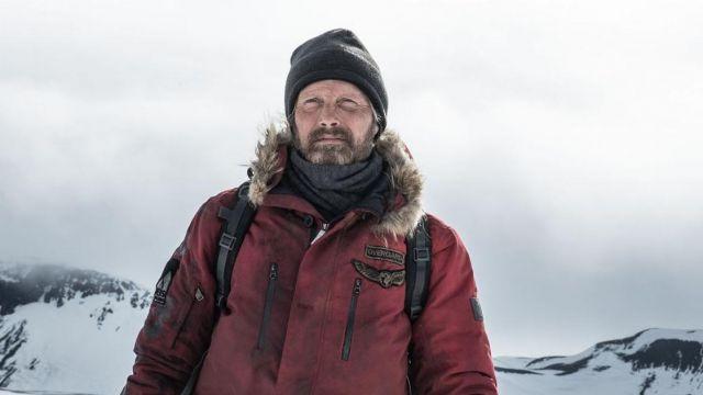 Le manteau parka rouge à capuche en fourrure porté par Overgård (Mads Mikkelsen) dans le film Arctic