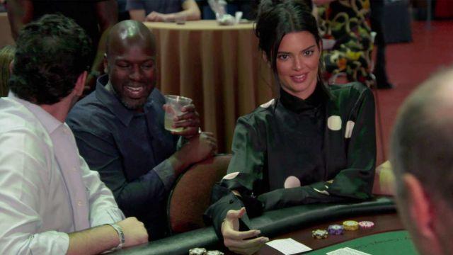 Petar Petrov Veille à pois en satin de soie chemisier noir porté par Kendall Jenner en accord avec les Kardashians S15E15
