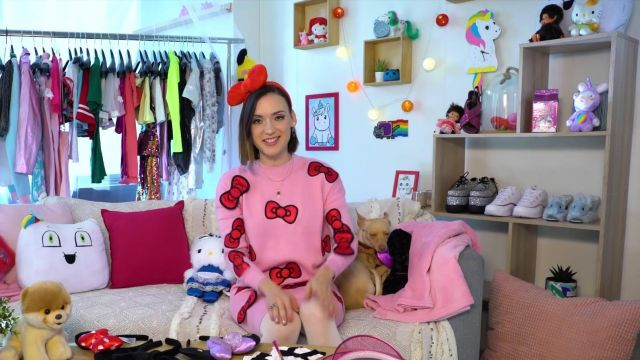 La robe pull rose Hello Kitty de Natoo dans sa vidéo YouTube Je transforme Gaëlle Garcia Diaz!!