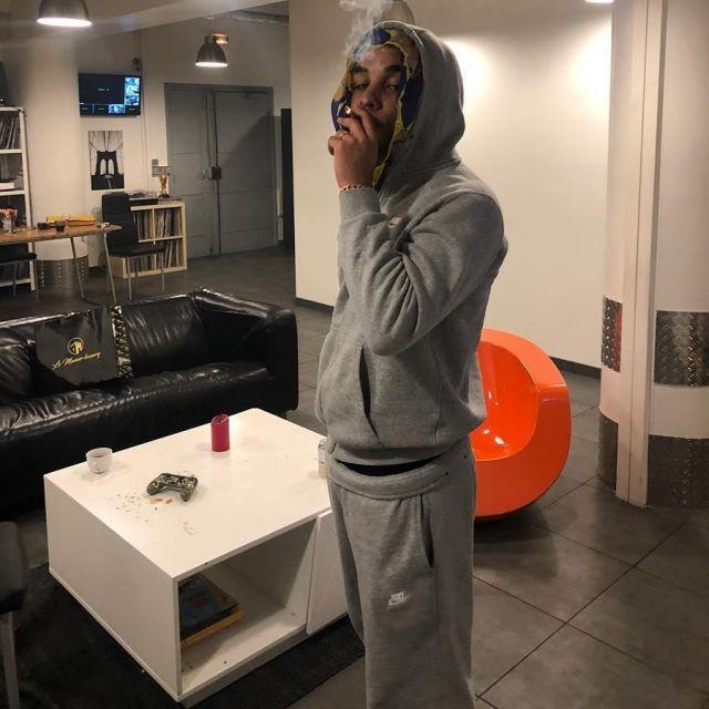 La veste de survêtement grise zippée Nike de Zola sur son
