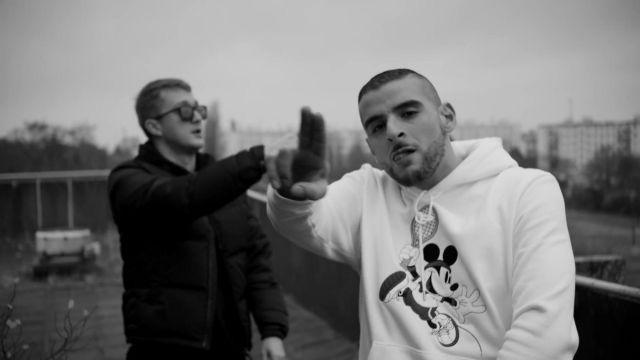 Le sweatshirt à capuche blanc Lacoste x Mickey de Sofiane dans le clip Iencli de 93 Empire (Vald x Sofiane)