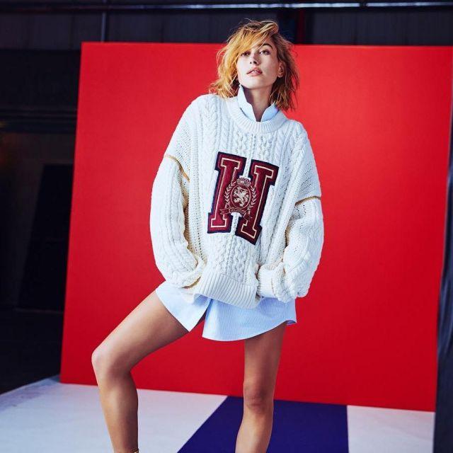 The sweater oversize Hailey Baldwin on the account instagram @haileybieber