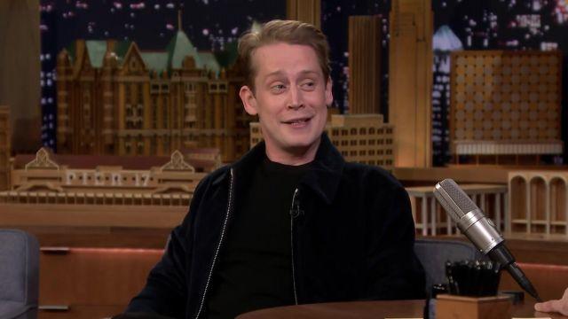 La veste Harrington bleu marine Sandro de Macaulay Culkin dans The Tonight Show Starring Jimmy Fallon