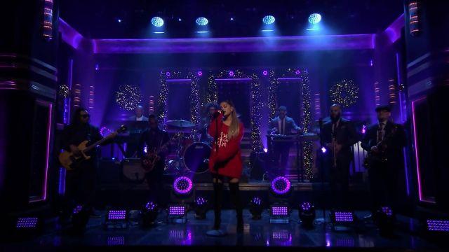 Cuisse de Hautes Bottes portées par Ariana Grande exécution de l'Imaginer au cours de L'émission the Tonight Show STARRING Jimmy Fallon