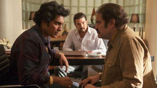 La chemise violette de Rafael 'Rafa' Caro Quintero (Tenoch Huerta) dans Narcos: Mexico S01E09