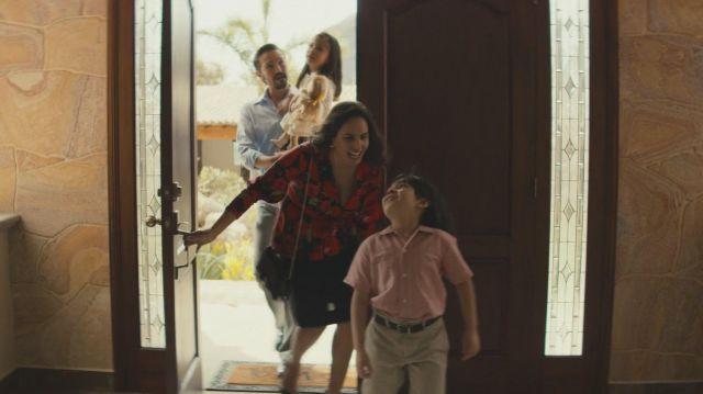 María Elvira (Fernanda Urrejola) floral blouse comme on le voit dans les Narcos: Mexique S01E03