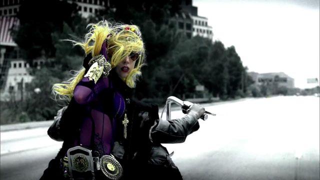 Le bracelet doré de Lady Gaga par Marianna Harutunian dans son clip Judas