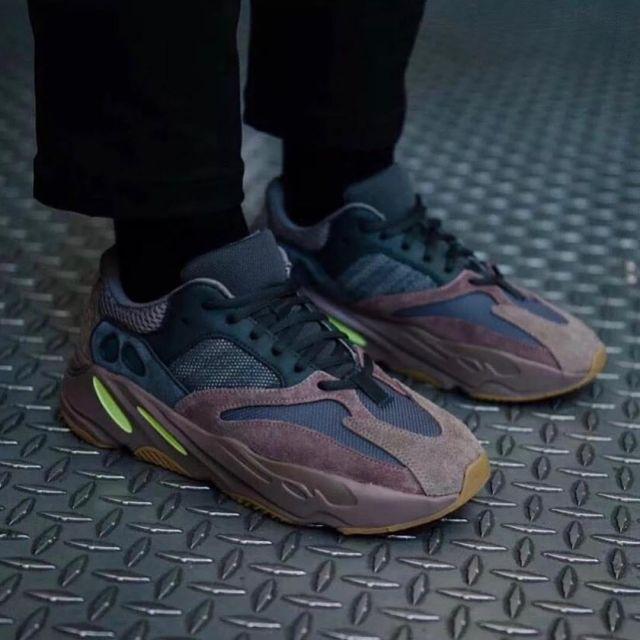 Les sneakers Adidas Yeezy 700 mauve sur le compte Instagram