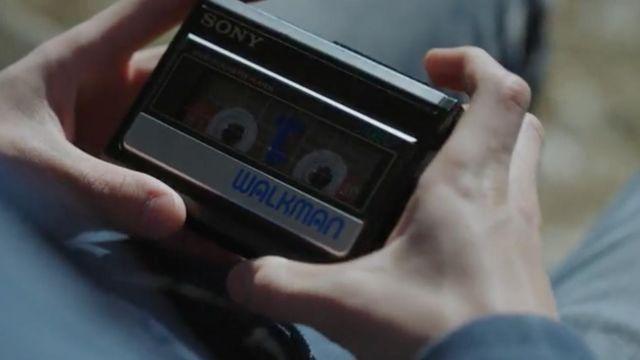 The Sony Walkman, Clay Jensen (Dylan Minnette) in 13 Reasons Why S01E04