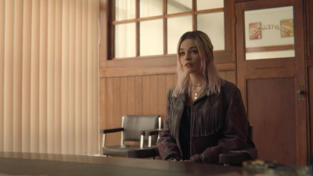 The jacket on the fringes of Maeve (Emma Mackey) in Sex education S01E08