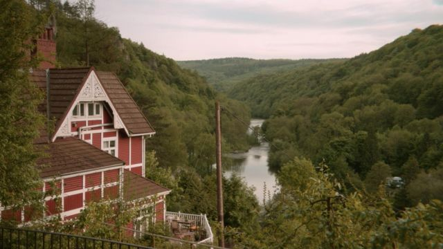 The house of Otis (Asa Butterfield) to the edge of the River Wye in the United Kingdom in Sex Education S01E04