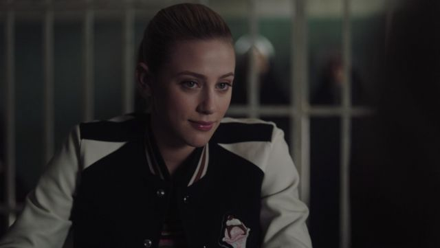 The jacket teddy Coach worn by Betty Cooper (Lili Reinhart) in Riverdale S03E09