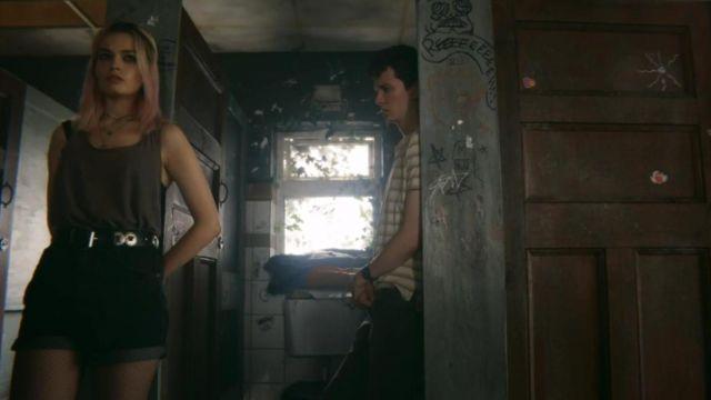 Shorts black denim high waist Maeve (Emma Mackey) in Sex Education S01E01