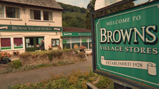 The convenience store Browns Stores (Londis) of Llandogo in the United Kingdom in Sex Education S01E02