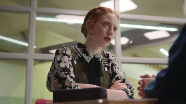 The blouse with flowers Ruthie (Lily Newmark) in Sex Education S01E04