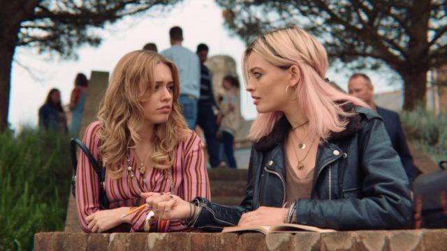 The blouse striped Aimee Gibbs (Aimee Lou Wood) in Sex Education S01E01