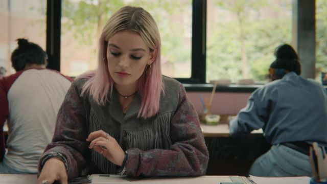 The jacket in suede with fringes worn by Maeve Wiley (Emma Mackey) in Sex Education S01E04
