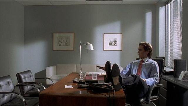 La lampe sur le bureau de Patrick Bateman (Christian Bale) dans American Psycho