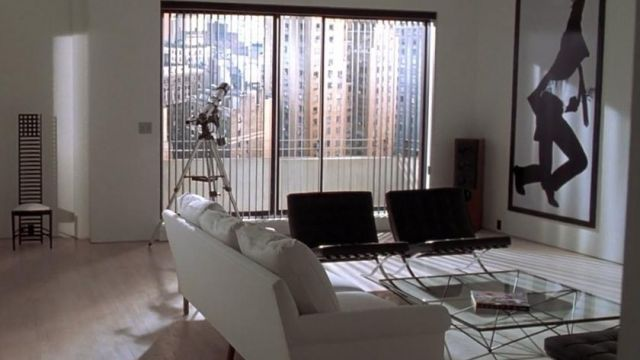 La table en verre dans le salon de Patrick Bateman (Christian Bale) dans American Psycho