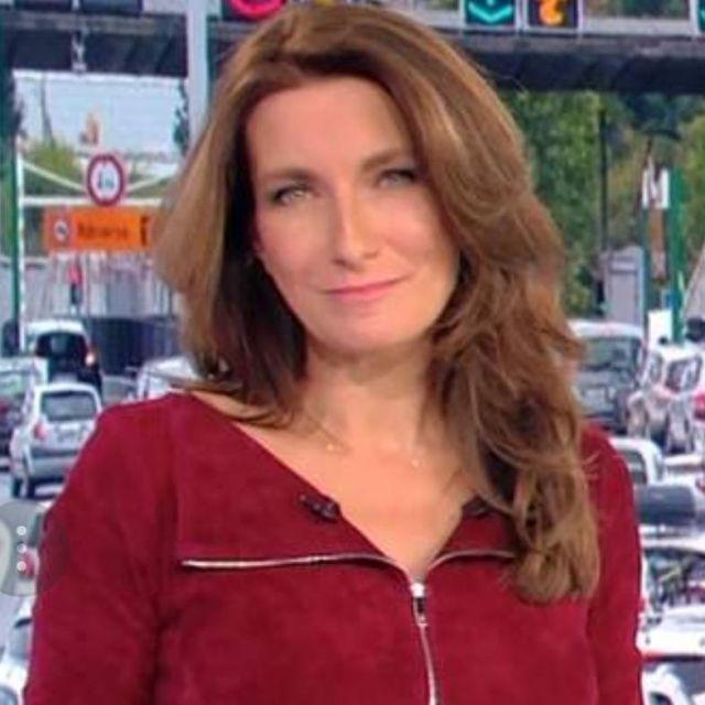 La robe en daim robe en daim portée par Anne-Claire Coudray au journal de 20 heures de TF1