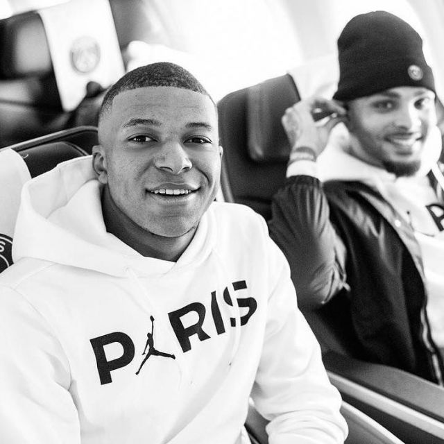The sweatshirt hoody Jordan x Paris Saint Germain carried by