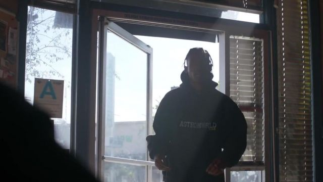 Le sweatshirt à capuche Astroworld de Travis Scott dans le clip Mile High de James Blake feat. Travis Scott and Metro Boomin
