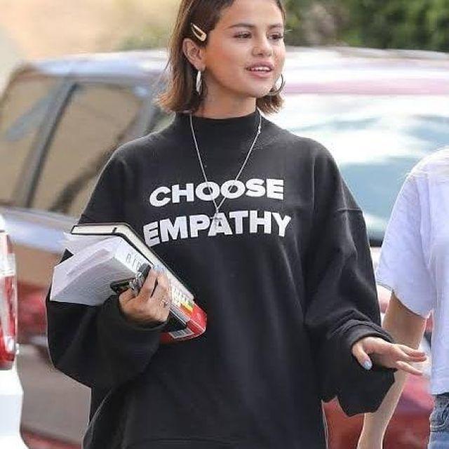 Choisissez l'Empathie Sweat-shirt porté par Selena Gomez sur Instagram compte de @amandaeliza49