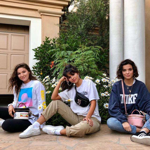 Le pantalon chino beige de Selena Gomez sur son compte Instagram @selenagomez
