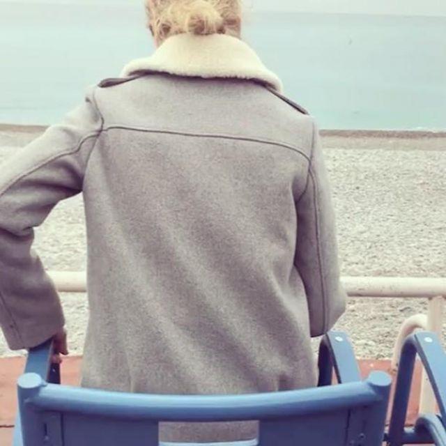 Le manteau gris Sézane de Alexandra Lamy sur son compte instagram (@alexandralamyofficiel)
